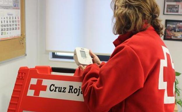 Una voluntaria de Cruz Roja.