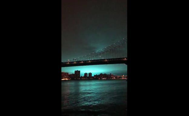 Incandescente luz azul ilumina el cielo de Nueva York