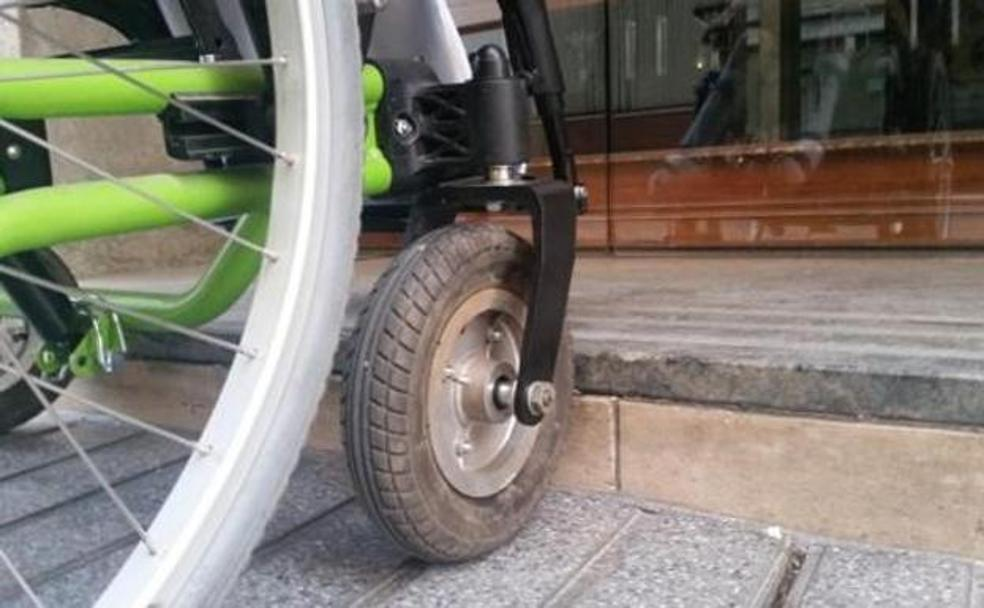 Bordillo no accesible./