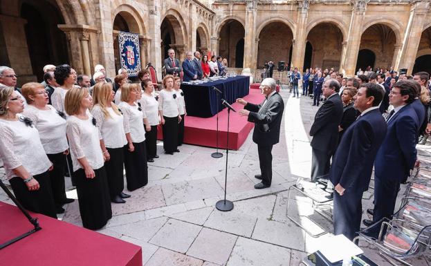 Un coro interpreta el himno de León./