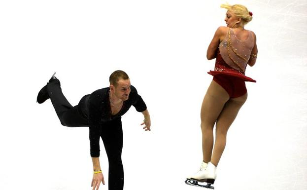 John Coughlin, junto a la patinadora Caydee Denney, durante una competición en 2013. /Harry How (Afp)