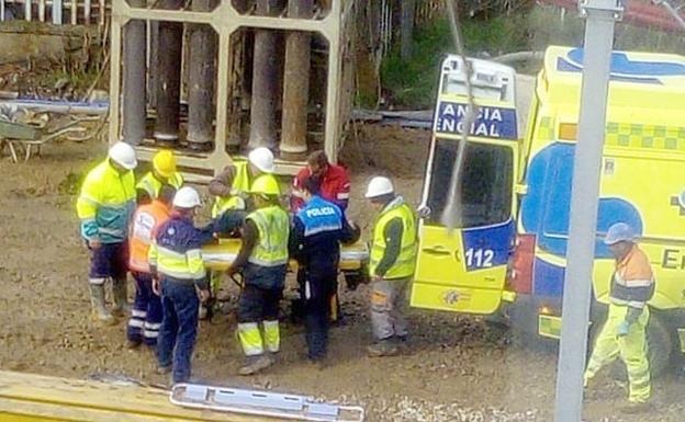Momento en el que se procede al traslado del herido tras el accidente./