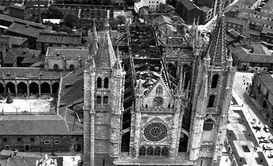 Imagen aérea de la Catedral tras el incendio. /