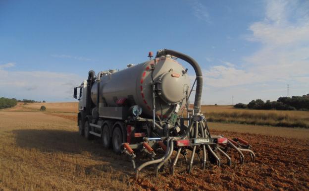 Camión cuyo sistema entierra directamente el abono orgánico o purín en la tierra/