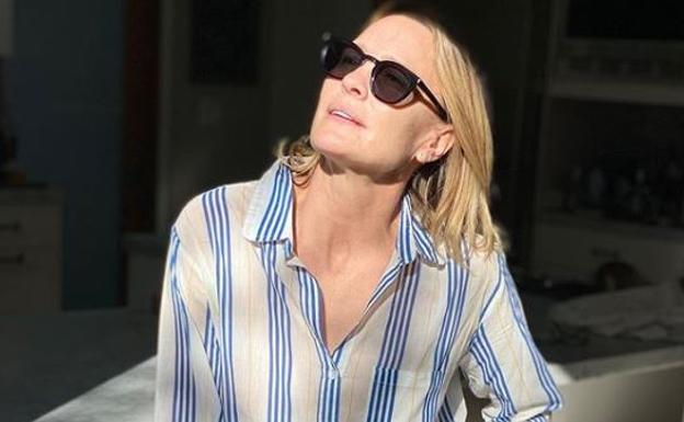 Robin Wright poses in one of his solidarity pajamas.
