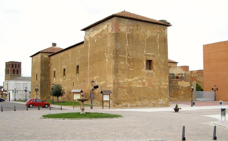 Palacio de los Guzmanes, una joya de la arquitectura de adobe.
