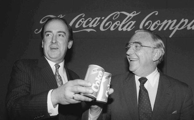 El entonces presidente de Coca-Cola, Roberto Goizueta (izquierda), brinda con otro ejecutivo de la firma por el éxito de la New Coke.