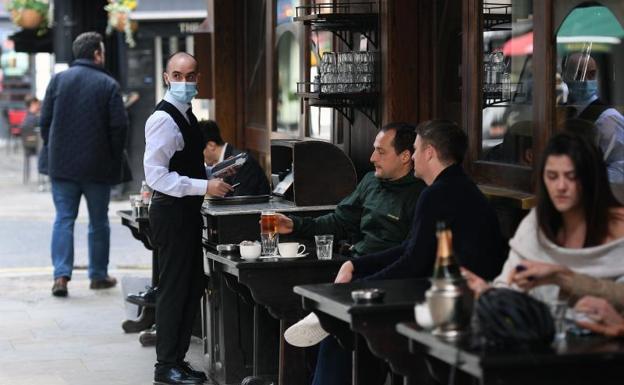 Clientes en un café en Soho en Londres /efe