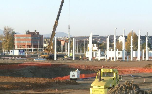 Imagen de los pilares sobre los que se levanta el centro comercial 'Reino de León'.