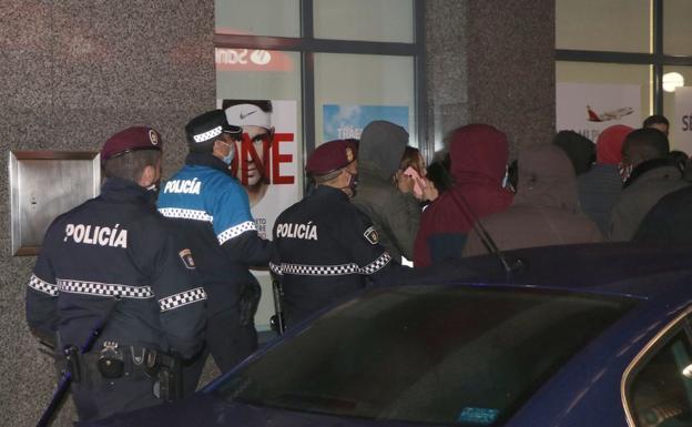La policía despeja el área e identifica a varias personas.