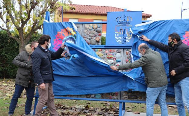 Inauguración del monolito con piedras del 'Camino de la felicidad' en el parque de la Casa de Cultura de Villaobispo.